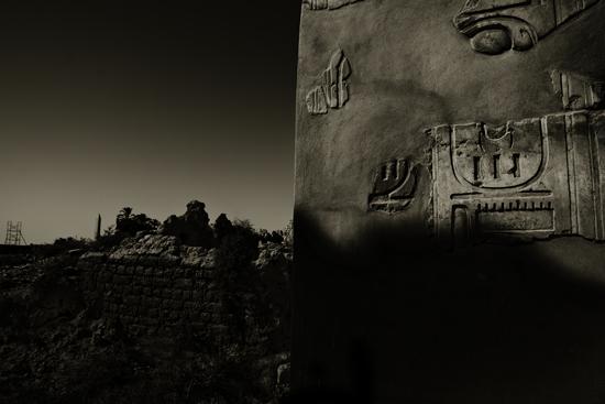 Hieroglyphen auf der Wand eines ägyptischen Tempels